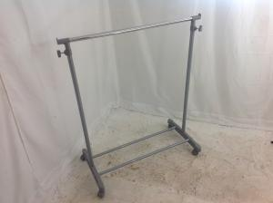 Adjustable_Height_clothes_rail_